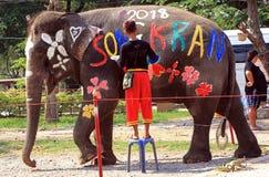 Mahoutmålarfärger på elefant under Songkran royaltyfria foton