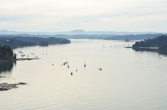 Mahurangi-Hafen am bewölkten Wintertag Stockbild