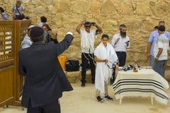 7. Mai 2018 Anbetern, die an einer Freilicht jüdischen Stange Miztvah-Zeremonie auf dem Standort der alten Synagoge am tMasada te stockfoto