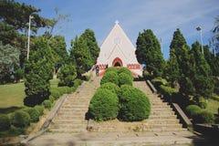 Mai Anh Cathedral, lat da Dinamarca, nome de Viet - novembro 26,2016: Igreja bonita com uns lotes das árvores no céu azul fotografia de stock