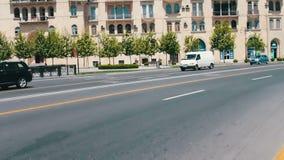 MAI 9,2017 - ASERBAIDSCHAN, BAKU: Verschiedene Autos fahren entlang die Alleen des Baku-Stadtzentrums im Sommer stock video