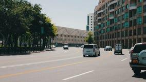 MAI 9,2017 - ASERBAIDSCHAN, BAKU: Verschiedene Autos fahren entlang die Alleen des Baku-Stadtzentrums im Sommer stock video footage