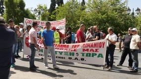 31. Mai 2016 Athen, Griechenland Griechische Leute mit Fahnen protestieren in Athen-Mitte stock footage