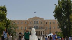 30. Mai 2016 Athen, Griechenland Griechisches Parlamentsgebäude auf Syntagmen quadrieren - folgen Sie FokusZeitspanne stock video