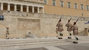 30. Mai 2016 Athen, Griechenland Symbolische Schutzänderung am Grabmal des unbekannten Soldaten in Athen stock video