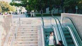 9. MAI 2017 BAKU, ASERBAIDSCHAN: Leute steigen ab und klettern die Rolltreppe in der Metro stock video