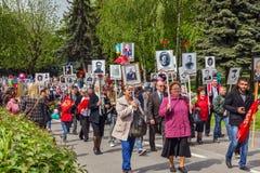 9. Mai Bereits mehr als 40 Jahre verstrichen vom Tag des Sieges über Faschismus, und Leute kommen jedoch zu den Denkmälern des Ka Lizenzfreies Stockfoto