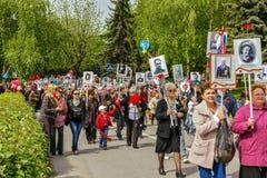 9. Mai Bereits mehr als 40 Jahre verstrichen vom Tag des Sieges über Faschismus, und Leute kommen jedoch zu den Denkmälern des Ka Stockfoto