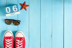 6. Mai Bild von kann hölzerner Kalender der Farbe 6 auf weißem Hintergrund Frühlingstag, leerer Raum für Text Lizenzfreie Stockfotos