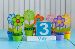 3. Mai Bild von kann hölzerner Kalender der Farbe 3 auf weißem Hintergrund mit Blume Frühlingstag, leerer Raum für Text Lizenzfreies Stockbild