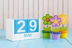 29. Mai Bild von kann hölzerner Kalender der Farbe 29 auf weißem Hintergrund mit Blumen Frühlingstag, leerer Raum für Text Stockfotografie