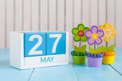 27. Mai Bild von kann hölzerner Kalender der Farbe 27 auf weißem Hintergrund mit Blumen Frühlingstag, leerer Raum für Text Lizenzfreie Stockfotos