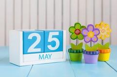 25. Mai Bild von kann hölzerner Kalender der Farbe 25 auf weißem Hintergrund mit Blumen Frühlingstag, leerer Raum für Text Stockfotografie