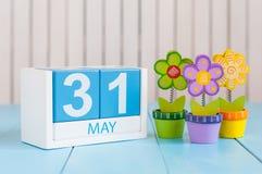 31. Mai Bild von kann hölzerner Kalender der Farbe 31 auf weißem Hintergrund mit Blumen Im letzten Frühling Tag, Federende leer Lizenzfreies Stockfoto