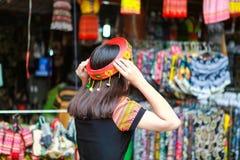 Mai Chau, Вьетнам - 4-ое ноября 2017: Женщины этнического меньшинства mong ` h она позади заднее, Mai Chau, Hoa Binh, Вьетнам Стоковое Изображение