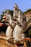 Mai Chiang, TH: Драконы Naga на Wat Chedi Luang Стоковая Фотография RF