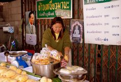 Mai Chiang, TH: Тайский продавец еды Стоковые Фотографии RF