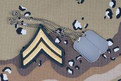 12 mai 2018 Correction luxuriante de caporal de l'ARMÉE AMÉRICAINE et étiquettes de chien sur le fond uniforme de camouflage de d photographie stock libre de droits
