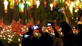MAI DE CHAING, TAILÂNDIA - 22 DE DEZEMBRO DE 2018: Mostra de espera dos povos em Wat Phantao Temple durante Loy Krathong Festival filme