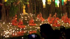 MAI DE CHAING, TAILÂNDIA - 22 DE DEZEMBRO DE 2018: Mostra de espera dos povos em Wat Phantao Temple durante Loy Krathong Festival video estoque