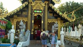MAI di Chaing, Tailandia - 22 dicembre 2018: I turisti che visitano Lanna Style Buddhist Wooden Temple tradizionale hanno chiamat archivi video