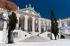 MAI: Eine Studentin geht durch das Hauptgebäude der Universität von Coimbra am 4 lizenzfreies stockbild