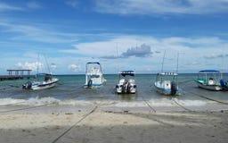 Mai 2017 - fünf Boote angekoppelt auf dem Strand des Playa del Carmen, Mexiko Stockfotografie
