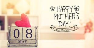 8. Mai glückliche Mutter-Tagesmitteilung mit Kalender Stockfotografie