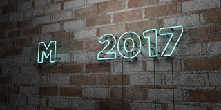 Mai 2017 - glühende Leuchtreklame auf Steinmetzarbeitwand - 3D übertrug freie Illustration der Abgabe auf Lager Stockfotos