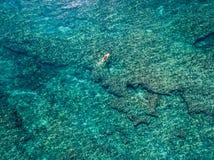 15 mai 2016, Haleiwa Hawaï La vue aérienne d'un inconnu tiennent le pensionnaire de palette surfant dans l'océan Photographie stock libre de droits