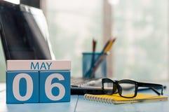 6 mai Jour 6 de mois, calendrier sur le fond de local commercial, lieu de travail avec l'ordinateur portable et verres Printemps, Image stock
