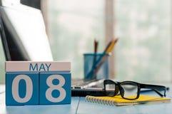 8 mai Jour 8 de mois, calendrier sur le fond de local commercial, lieu de travail avec l'ordinateur portable et verres Printemps, Images stock