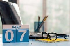 7 mai Jour 7 de mois, calendrier sur le fond de local commercial, lieu de travail avec l'ordinateur portable et verres Printemps, Photos libres de droits