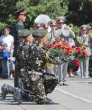 9 mai, jour de victoire, les soldats tiennent des fleurs Photographie stock libre de droits