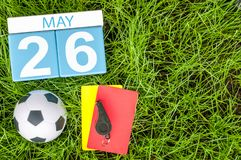 26 mai Jour 26 du mois, calendrier sur le fond d'herbe verte du football avec des accessoires du football Printemps, l'espace vid Photo stock