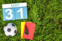 31 mai Jour 31 du mois, calendrier sur le fond d'herbe verte du football avec des accessoires du football Printemps, l'espace vid Images stock