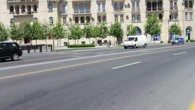 MAI 9,2017 - L'AZERBAÏDJAN, BAKOU : Les diverses voitures conduisent le long des avenues du centre de la ville de Bakou en été clips vidéos