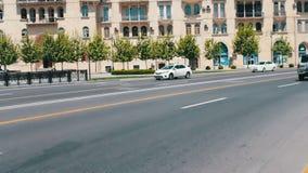 MAI 9,2017 - L'AZERBAÏDJAN, BAKOU : Les diverses voitures conduisent le long des avenues du centre de la ville de Bakou en été banque de vidéos