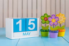 15 mai L'image de peut calendrier en bois de la couleur 15 sur le fond blanc avec des fleurs Journée de printemps, l'espace vide  Photographie stock libre de droits
