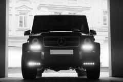 24 mai 2013, l'Ukraine, Kiev Mercedes-Benz G 55 AMG dans les ombres avec les lumières rougeoyantes dans la faible luminosité photos libres de droits