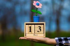 13 mai message heureux de jour de mères avec le calendrier en bois Photos stock