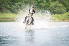 20 mai 2018 moscou Une force d'amazones en pataugeant la rivière à cheval sur des chevaux Photographie stock