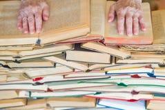 Mai non troppo vecchio imparare - le mani del libro di lettura della donna anziana immagini stock