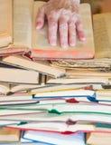 Mai non troppo vecchio imparare - le mani del libro di lettura della donna anziana fotografie stock