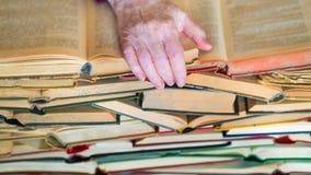 Mai non troppo vecchio imparare - le mani del libro di lettura della donna anziana fotografie stock libere da diritti