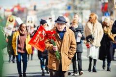 9 mai 2017, perspective de Nevsky, St Petersburg, Russie Peuvent 9 c?l?brations, le vieil homme soutient un signe de l'action du photos stock
