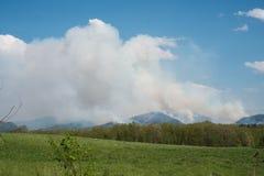 4 mai 2018 - Raphine, la Virginie, Etats-Unis : Un feu de forêt écarte au nord vers le parc national de Shenandoah Images libres de droits