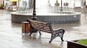 Mai-Regen in der Fußgängerstraße von Nalchik Lizenzfreies Stockfoto
