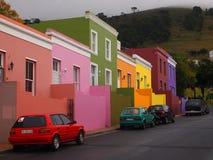6 mai 2014 - rue en BO-Kaap Couleurs lumineuses La vue au-dessus de la montagne de ville et de Tableau du seaa dégrossissent sou Images stock