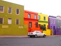 6 mai 2014 - rue en BO-Kaap Couleurs lumineuses La vue au-dessus de la montagne de ville et de Tableau du seaa dégrossissent Sout Photos stock